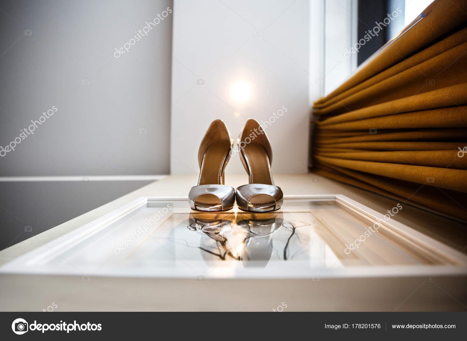 Silberne Hochzeitsschuhe Auf Der Weissen Wand Stockfoto C A