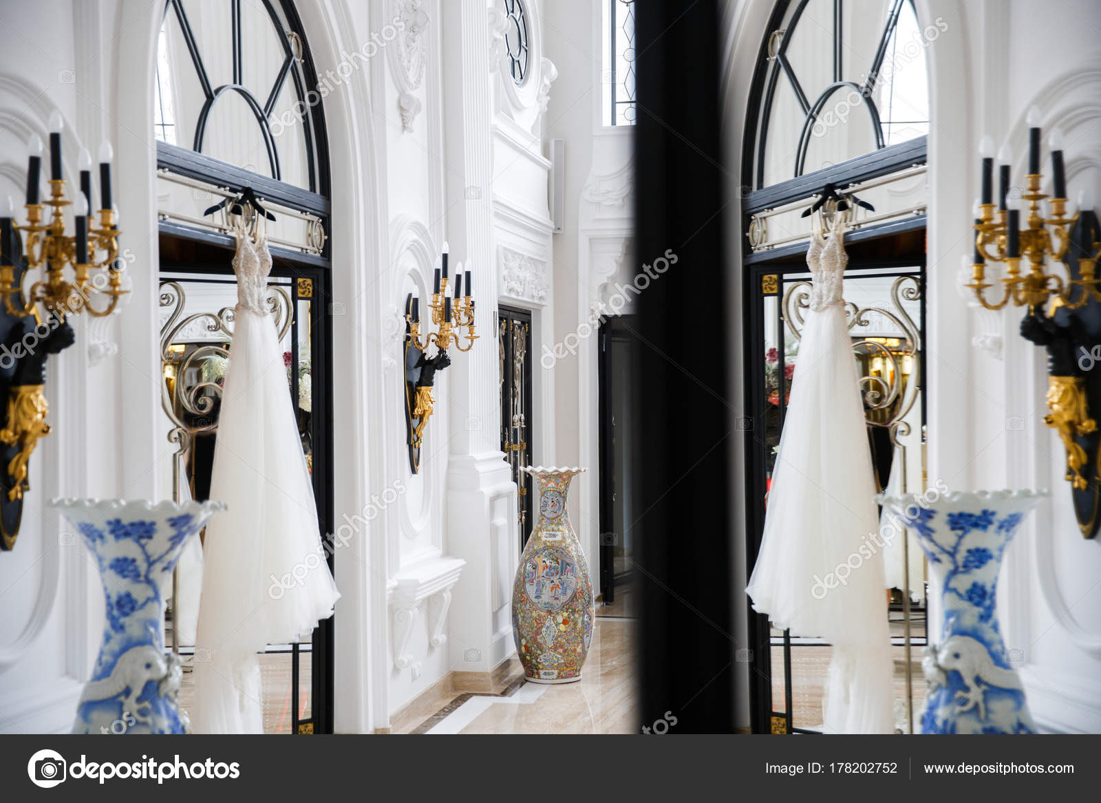 Vestido de novia colgado en la puerta de la sala blanca — Foto de ...