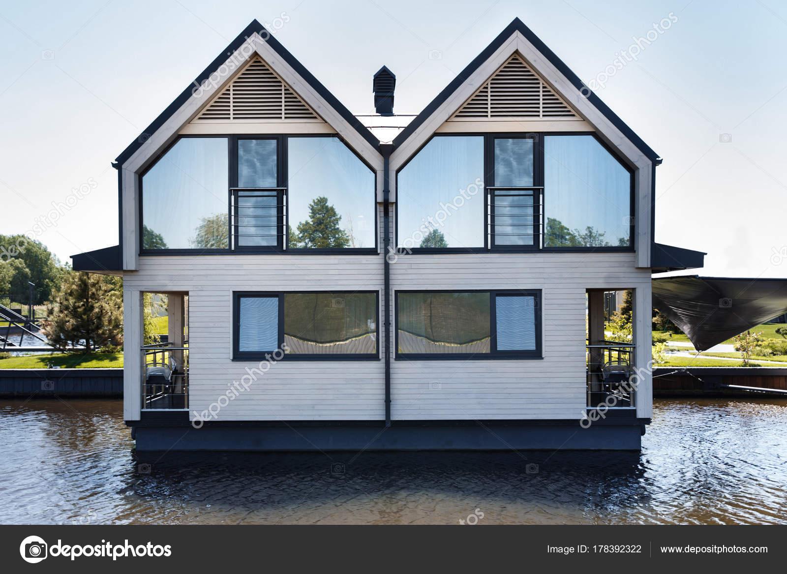 Maison Moderne Avec Des Fenêtres De Miroir Sur Le Lacu2013 Images De Stock  Libres De Droits