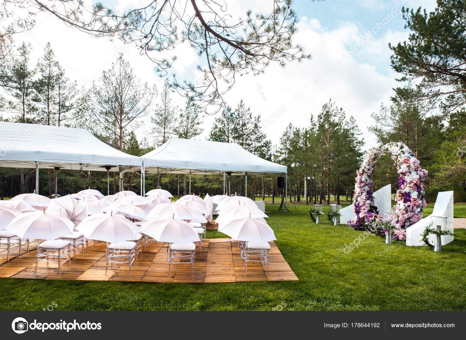 Cerimônia De Casamento Ao Ar Livre Com Guarda-chuvas Na