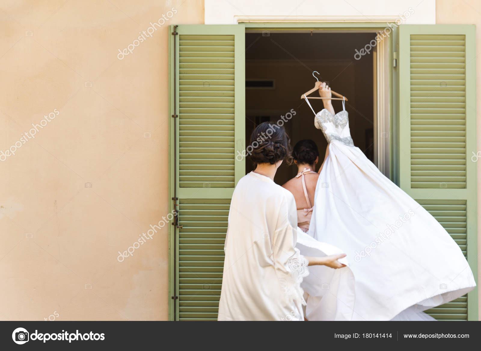 A noiva e dama de honra com vestido de noiva– imagens de bancos de imagens 68c445b5eced