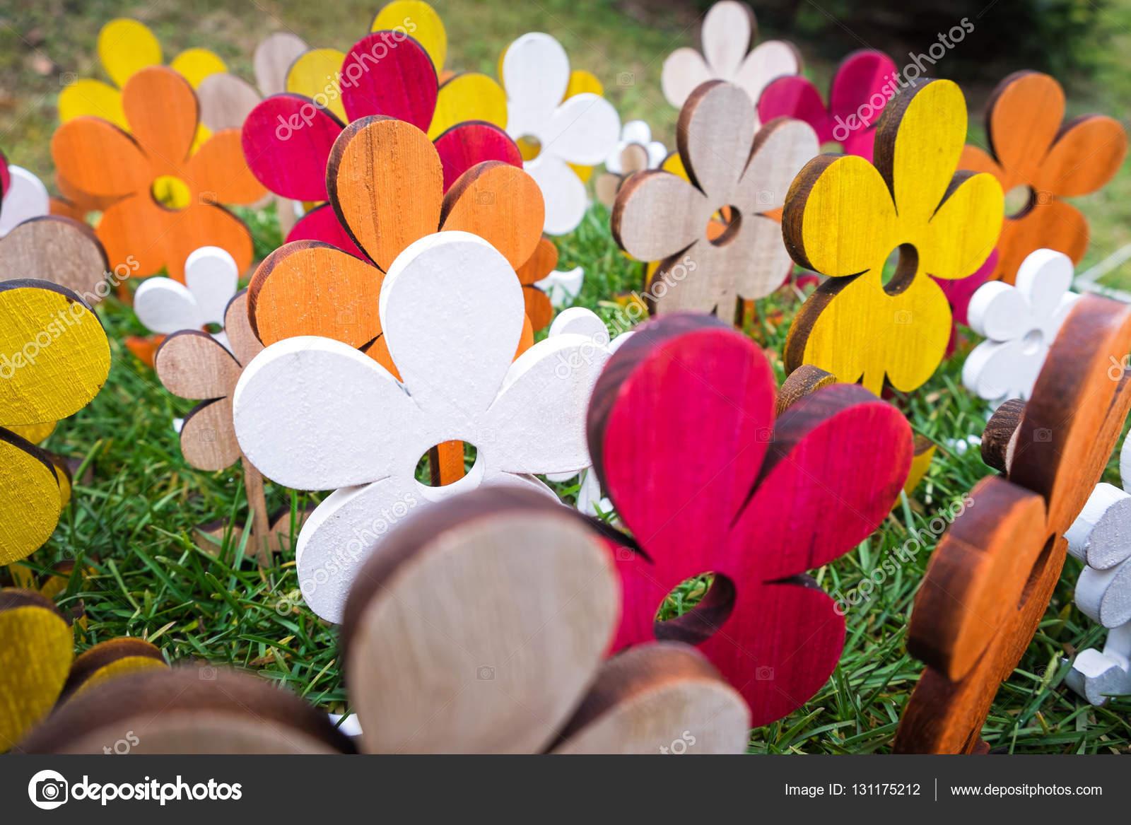 Dřevěné barevné květiny — Stock Fotografie © albertobrian  131175212 0425a0a16a6