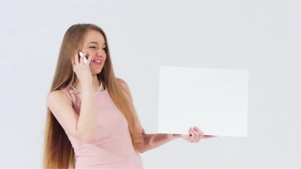 Usmíval se atraktivní dívka v růžových šatech mluvící telefon