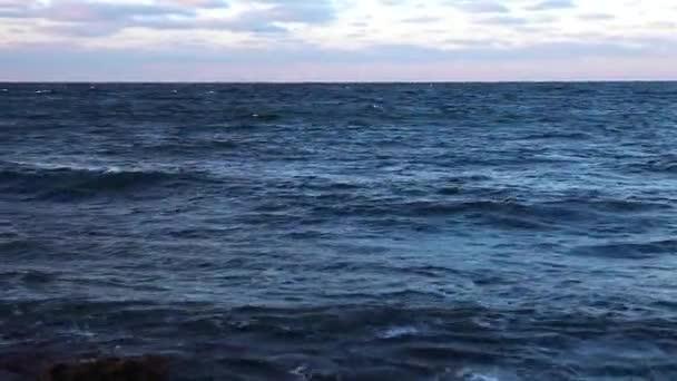 černomořském Krymu bouře moře hnědé, vlny a skály