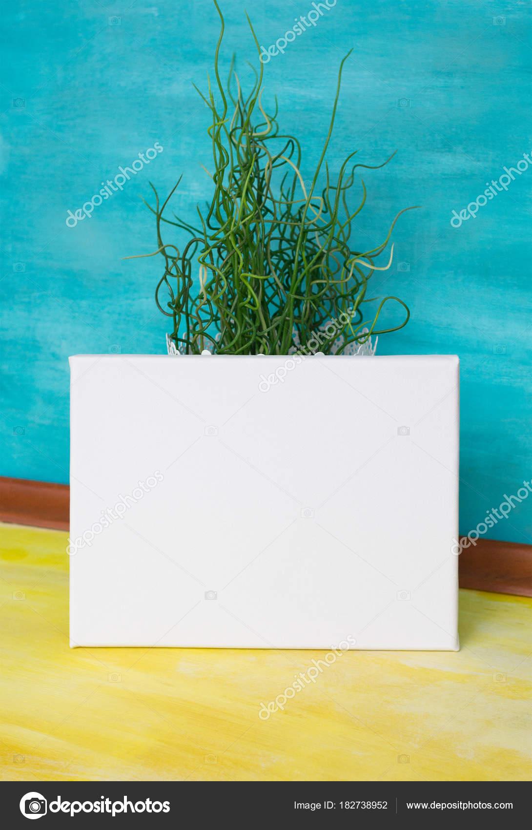 Zombe Cartaz Tela Branco Contra Parede Brilhante Interior Com Cores Fotografia De Stock