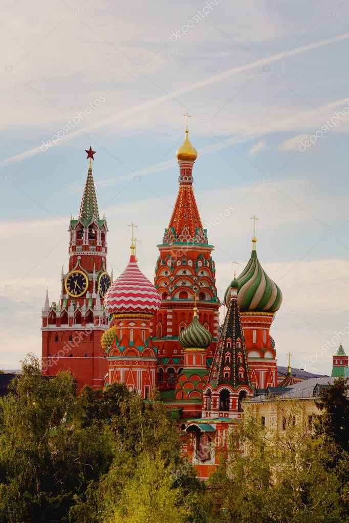 https://st3.depositphotos.com/8022980/18317/i/950/depositphotos_183176008-stock-photo-saint-basil-cathedral-kremlin-autumn.jpg