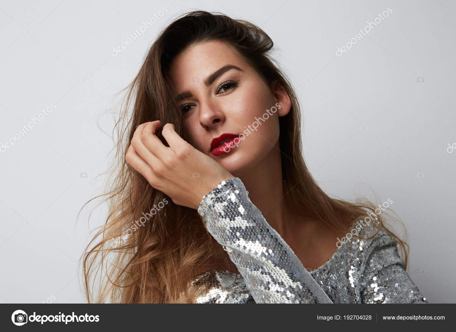 Mode Portrat Einer Schonen Lachelnden Frau Mit Langen Haaren In