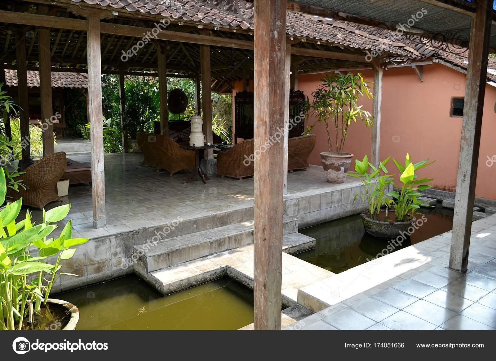 https://st3.depositphotos.com/8045052/17405/i/1600/depositphotos_174051666-stockafbeelding-interieur-houten-terras-een-tropische.jpg