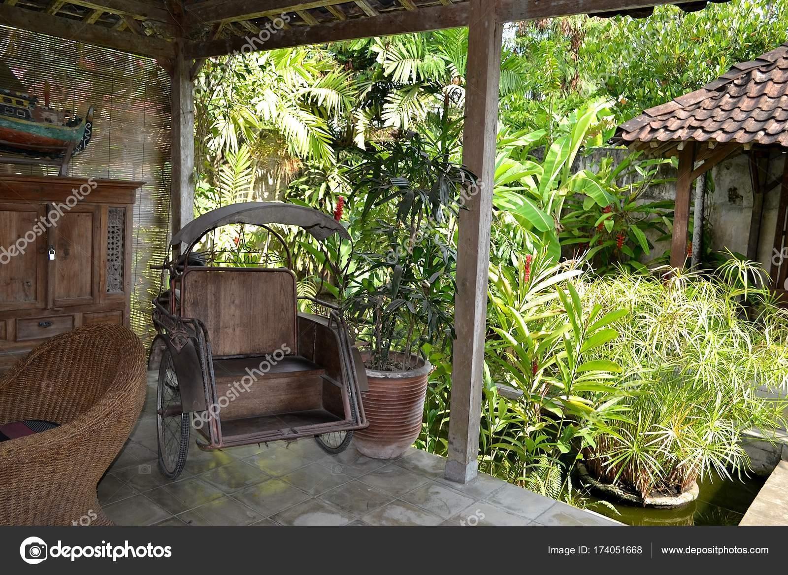https://st3.depositphotos.com/8045052/17405/i/1600/depositphotos_174051668-stockafbeelding-interieur-houten-terras-een-tropische.jpg