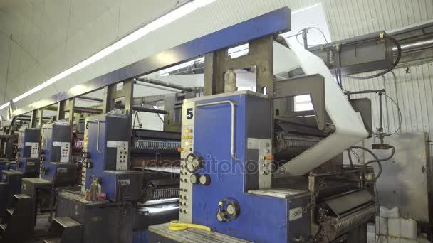 Čištění válečků na strojích v továrně před tiskem