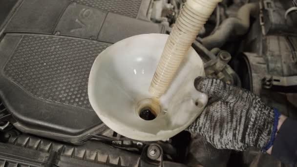 Výměna auto oleje motoru, palivové filtry, kapaliny v Plastové nálevky