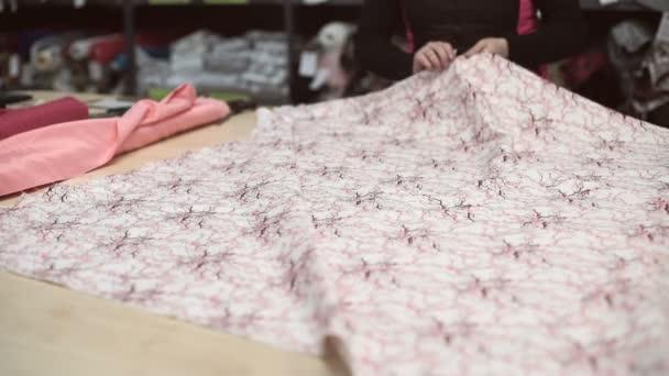 Žena odděleně od vrátit správné množství tkáně s japonský model