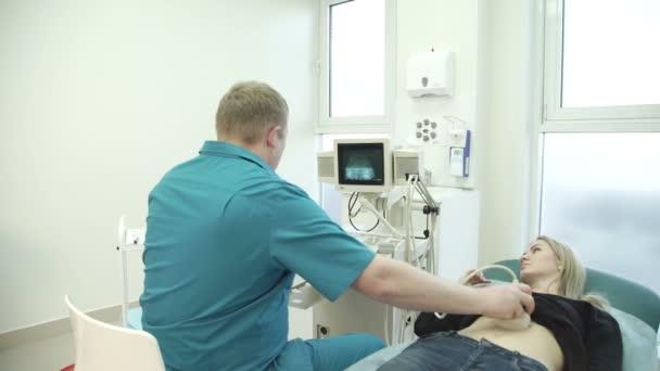 Zrzavý lékař drží ženu diagnózu ultrazvuk žaludku