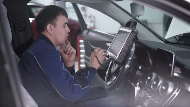 Automaster sedí v autě a přemýšlet, jak čip tuning