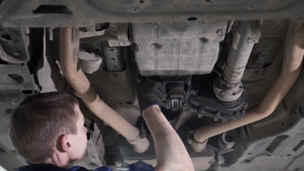 Technik provádí diagnostiku a opravy pod auto tělo