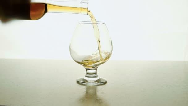 Az üveg emberi önti alkohol üveg fehér háttér.