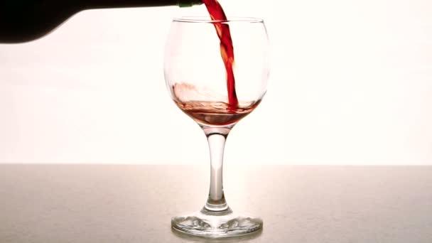 Muž doplní průhledného skla s červeným vínem v restauraci vnitřní.