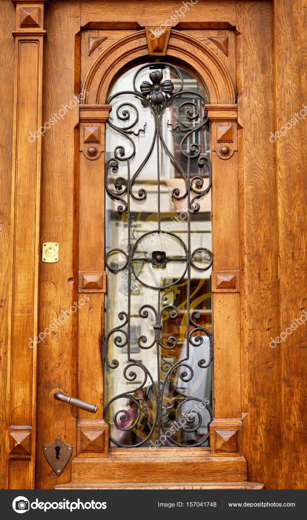 Puertas de madera con reja de hierro forjado y vidrio for Modelos de puertas de hierro con vidrio