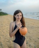 Photo girl drinking cocktail on the beach