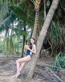 Photo girl drinking cocktail near the palm tree