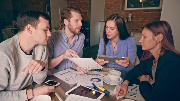 Skupina mladých lidí v obchodních setkání, ukazující týmovou práci. Po spuštění