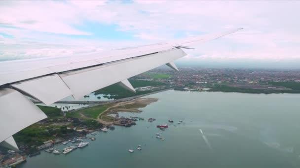 Landung eines Verkehrsflugzeugs. Passagierflugzeug Landung. Passagierflugzeug Landung. fliegendes Flugzeug im Landeanflug