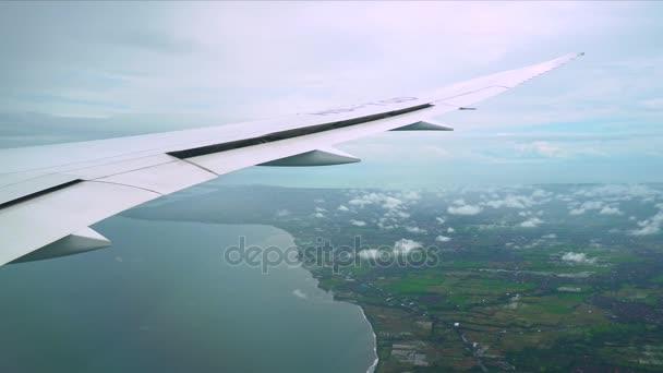 Utasszállító repülőgép leszállás. Utasszállító repülőgép leszállás. Utasszállító repülőgép leszállás. Repül a repülőgép közeledik felszállópálya