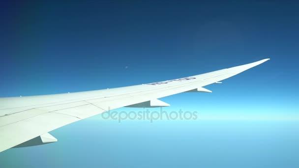 Osobní letadlo za letu. Křídlo letadla létající nad barevné pozemků