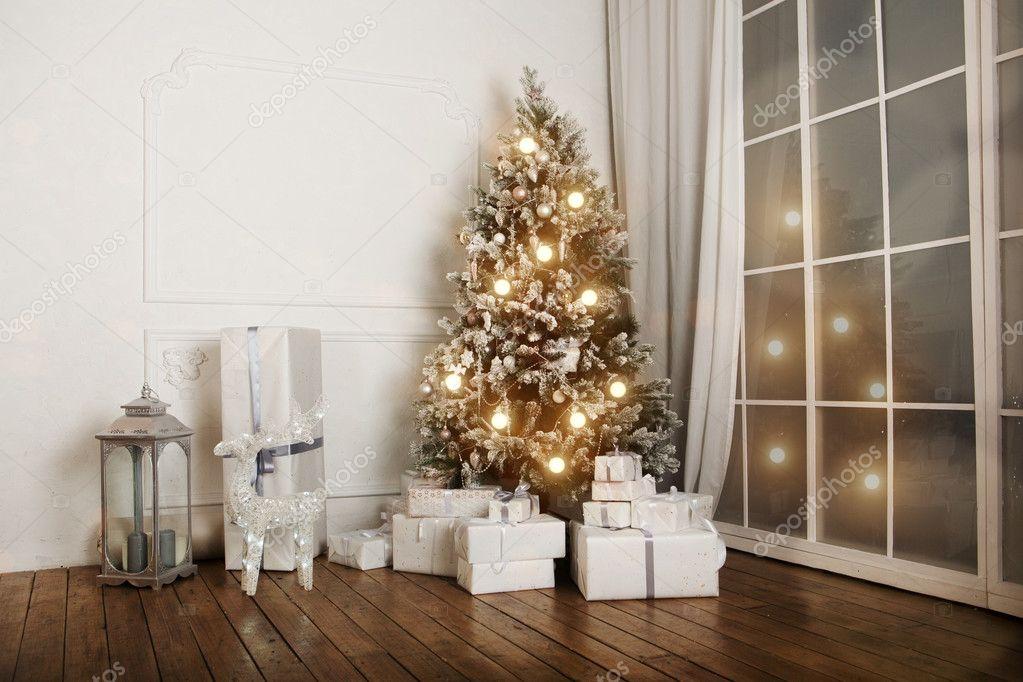 Salone Interno Con Un Albero Di Natale E Decorazioni Foto Stock