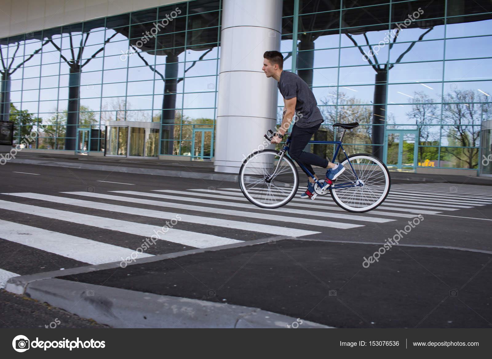 Giovane Che Guida Sulla Bicicletta In Via Della Città Uomo Sulla