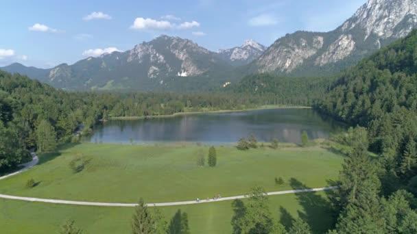 schöner see in den bayerischen alpen in deutschland