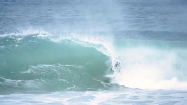 Surfař v potrubí vody