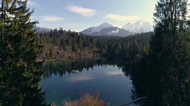 Krásné jezero v lese s horami