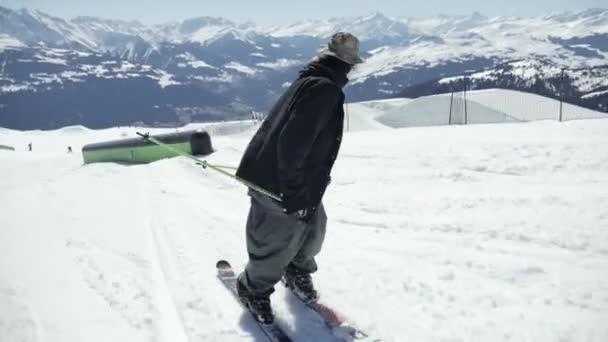 Skifahrer reitet im Park