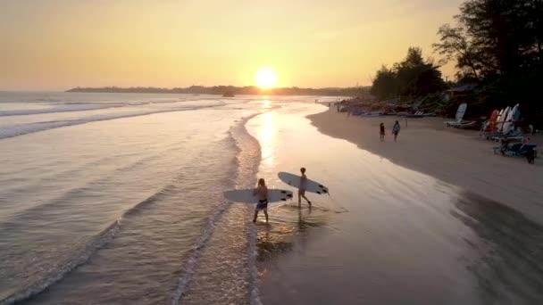 Letecké záběry z surfař surfování při západu slunce v Weligama Bay na Srí Lance. Slowmotion záběrů v rozlišení 4k