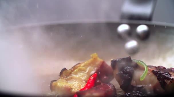 Tenger gyümölcsei megsütjük forró olajban.