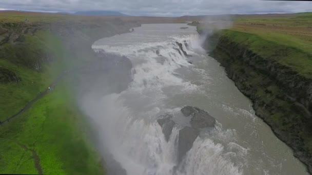 Řeka se vrhne na kaskádové vodopád Gullfoss. Andreev