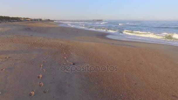Lábnyomok a homok a tengerparton, Namíbia.