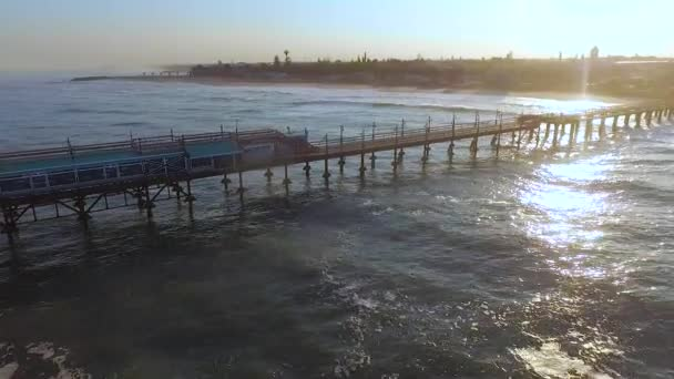 Paprsky slunce při západu slunce osvětluje oceánu a město