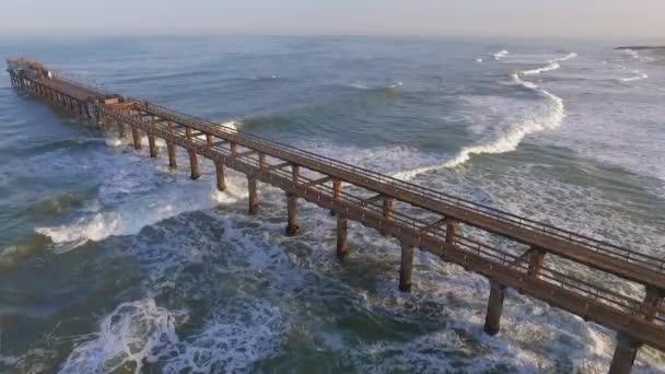 Pohled na Atlantický oceán a dřevěné molo