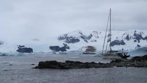 Die Yacht liegt in der Bucht nahe der Küste der Antarktis. Andreev