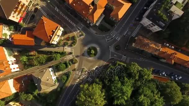 Pohled na kruhový objezd v malé italské město