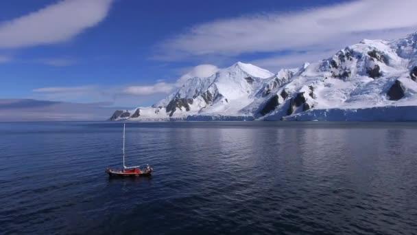 Die Yacht ergibt sich aus der Bucht in der Nähe des Gletschers. Andreev
