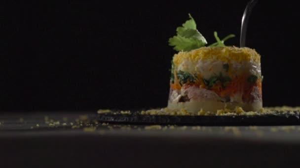 Egy villával defekt egy bábu-ból MIMÓZA saláta.