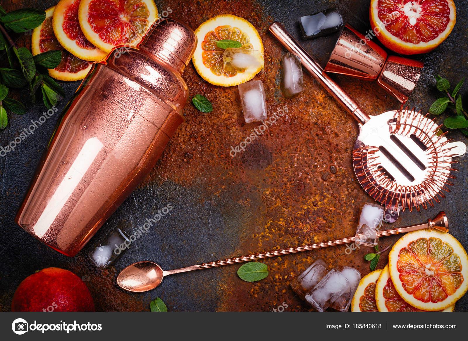 Accessori da bar, bere cocktail ingredienti e strumenti sul tavolo ...
