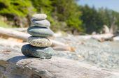 Haufen ausgeglichener Steine am Strand