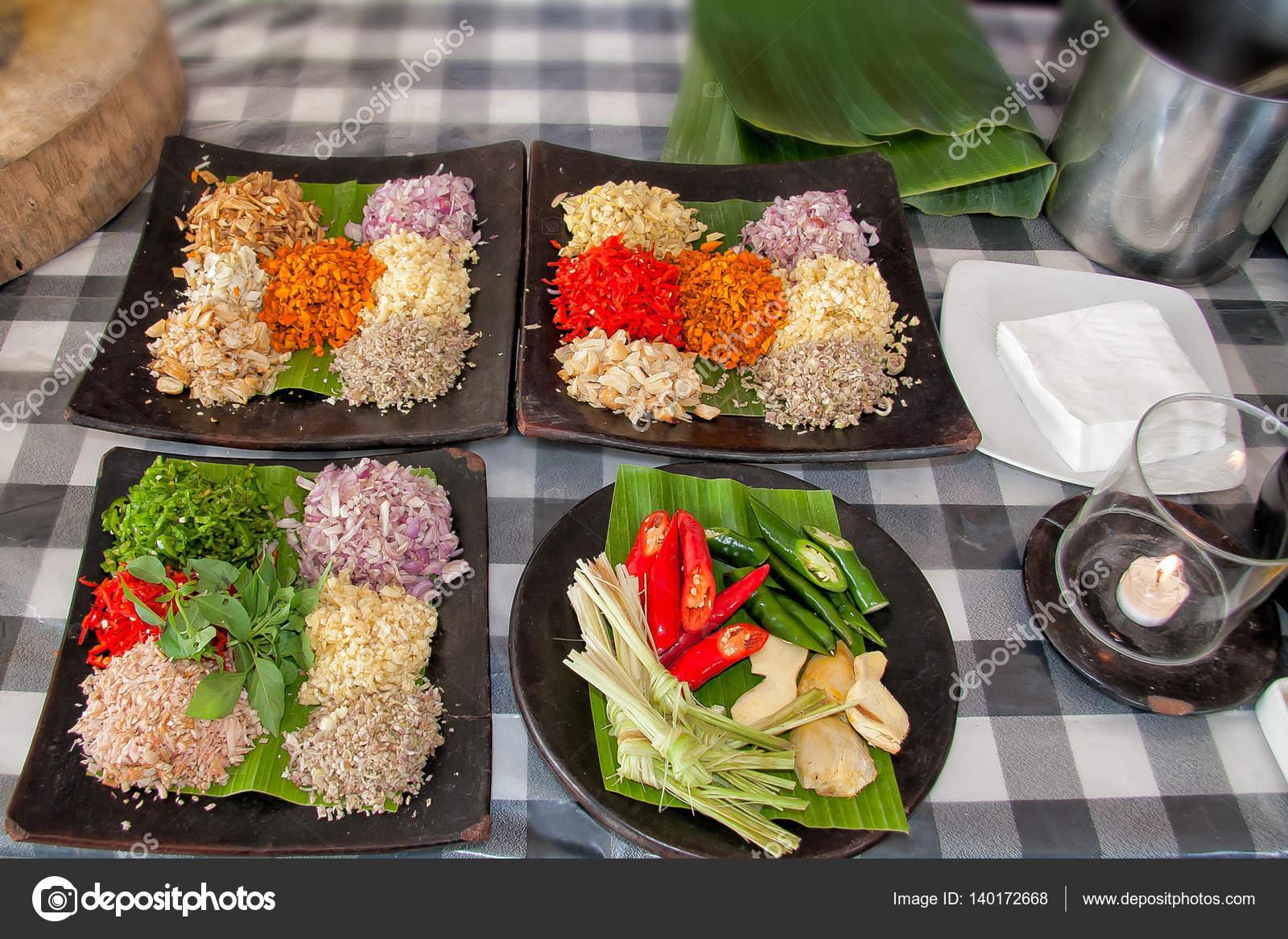 Cucina di classe, un tavolo con spezie e ingredienti su di esso ...