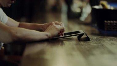 Крупным планом вид мужской руки, проведение удочкой. Молодые Фишер ...