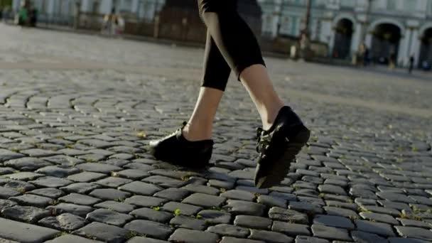 Nohy štíhlé ženy v ulici