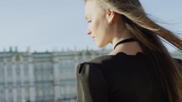 Záběry krásné radostné ženy při pohledu na Petrohrad